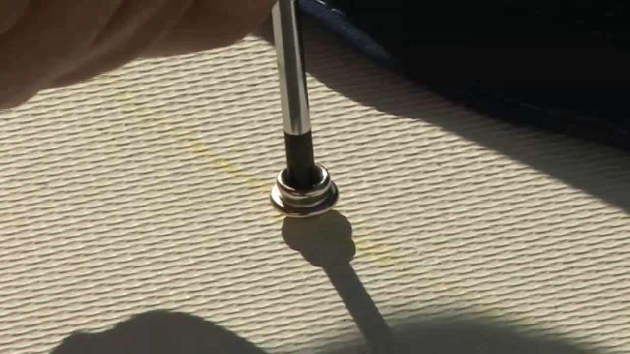 Sådan monterer du trykknapper i dit tæppe i din båd